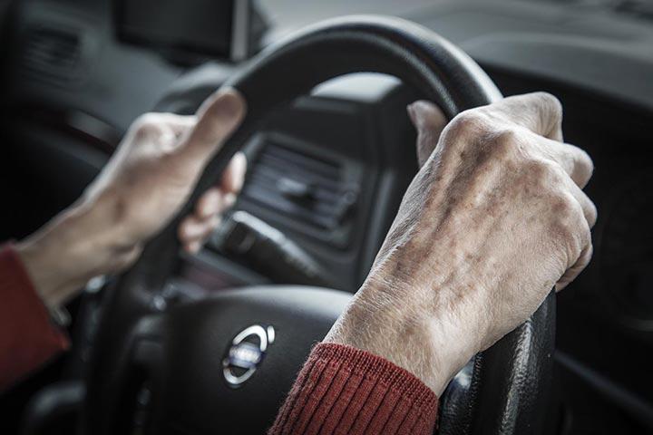 高齢者の運転事故を考える